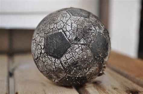 imagen de pelota gastada vieja sucia rota ajada