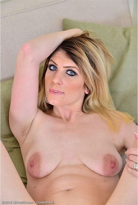 Cute Cougar Ashleigh Mckenzie Shows So Just How She Delights the Woman Wooly Fuckbox ...