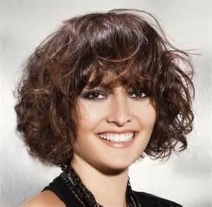 coupe cheveux frises coupe de cheveux frisés femme avec frange