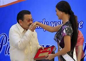 Erap kisses hand of Pia Alonzo Wurtzbach | Photos | GMA ...