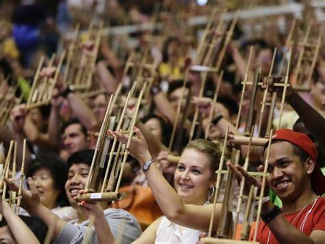 Cara memainkan musik sasando dipetik, tangan kiri memainkan akor tangan kanan memainkan melodi. CARA DAN TEKNIK MEMAINKAN ALAT MUSIK ANGKLUNG | SENI - BUDAYA INDONESIA