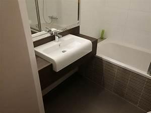 Tisch Für Waschmaschine : waschtisch mit aufgesetztem waschbecken eckventil ~ Michelbontemps.com Haus und Dekorationen