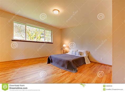 la chambre en direct la chambre à coucher spacieuse avec la lumière modifie la