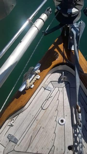 corrimano barca applicazione di deco deck gts sulle parti in legno a vista