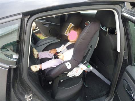 comment installer un siege auto comment fixer un cosy dans une voiture sans base