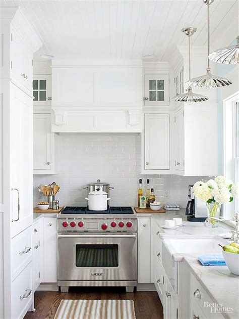 creative ways  decorate  white small cottage