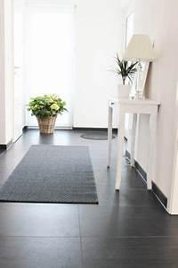 Haus Der Fliesen : dunkler boden helle w nde aufger umt und klar strukturiert vorraum pinterest ~ Orissabook.com Haus und Dekorationen