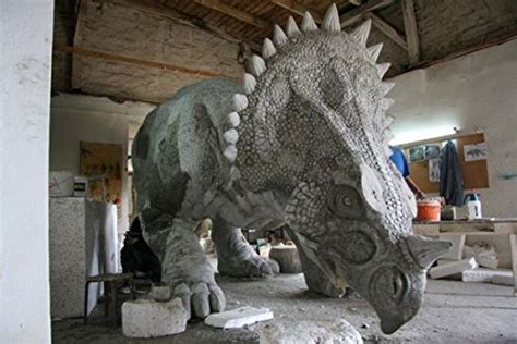 gartenfiguren aus kunststoff gartenfiguren kaufen triceratops dinosaurier lebensgro 223 e gartenfigurgartenfigurenkaufen de