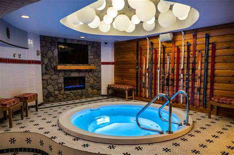 chicagos acme hotel opens hot tub themed bar aquatics