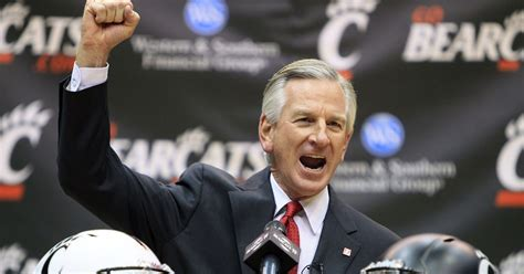tommy tuberville throws    hat  auburn