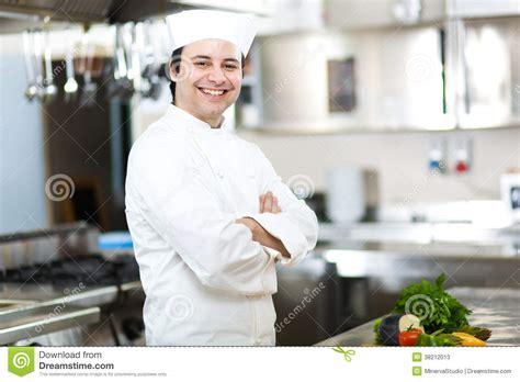 un chef dans votre cuisine portrait d 39 un chef dans sa cuisine photos stock image