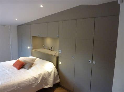 amenagement chambre 2 lits dressing chambre avec tête de lit encastrée sous plafond