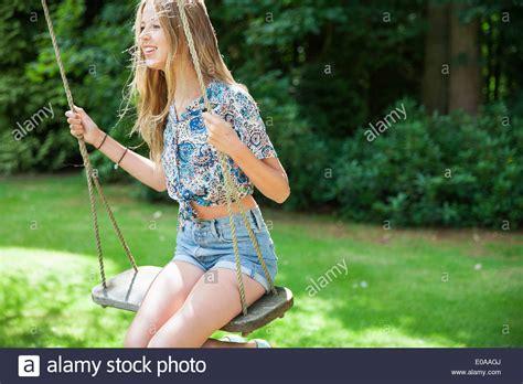 Teenagermdchen Auf Schaukel Stockfoto Bild