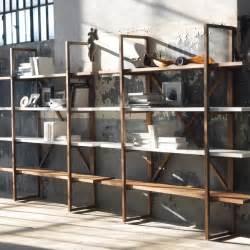 Libreria bifacciale o a parete in legno massello postulato