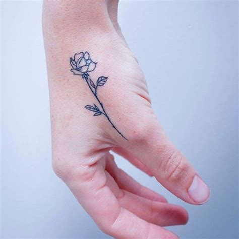 tatouage rose main ces tatouages de rose qui ne faneront