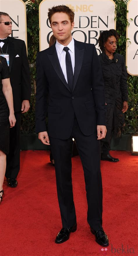 robert pattinson   traje negro  corbata negra
