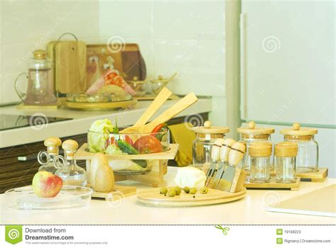 dans la cuisine de préparation de la nourriture dans la cuisine photos stock