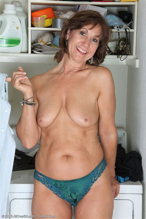 Elle Denay Dark Haired Old Wife Shows Her Shaved Cunt