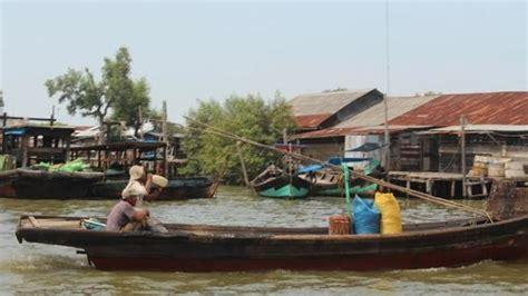 pelabuhan tanjung tiram merekam aktivitas nelayan sembari