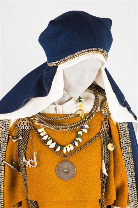 Lībiešu sievai mugurā ir tunikveida piegriezuma krekls ar ...