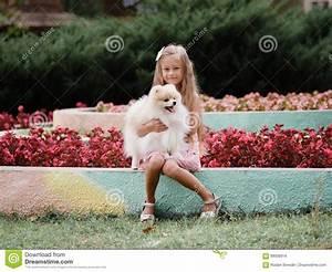 Schönes 10 Jähriges Mädchen : sch nes junges m dchen das einen lustigen flaumigen hund h lt ein kind das spa auf einem ~ Yasmunasinghe.com Haus und Dekorationen