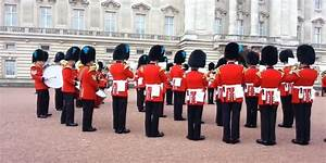 Buckingham Palace Guards Play Theme From 'Game Of Thrones ...