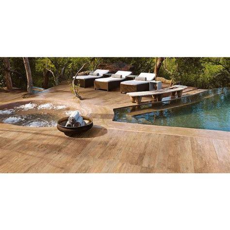 le carrelage imitation bois une alternative au bois v 233 ritable pour votre plage de piscine