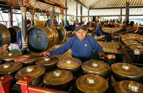Umumnya alat musik tradisional tepuk mengandung unsur kulit sebagai sumber getar dan ruang resonansi penggaung bunyi. Fungsi Musik Tradisional, Pengertian, Ciri, Jenis & Contohnya Lengkap