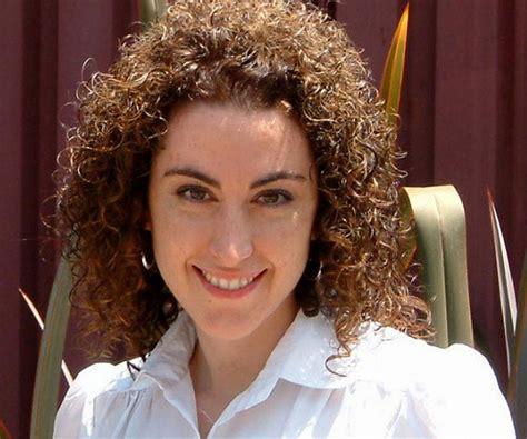 35 Spectacular Medium Curly Hairstyles