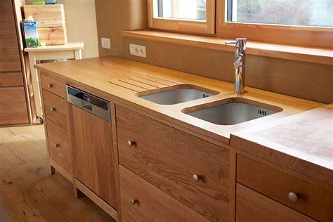 meubles cuisine bois brut porte de cuisine en bois vitrine et portes vitres cadre lignes pures et vue dgage