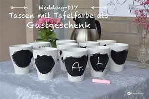 Gastgeschenke Hochzeit Diy : gastgeschenkidee tassen mit tafelfarbe ~ Frokenaadalensverden.com Haus und Dekorationen
