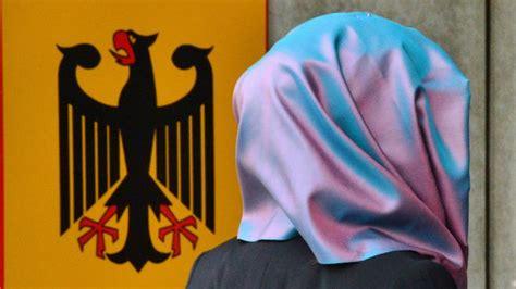 Wie das bundesarbeitsgericht in erfurt am freitag mitteilte, verstoße das berliner neutralitätsgesetz, das religiöse symbole im unterricht verbietet, gegen die verfassung. Pauschales Kopftuchverbot im Schulunterricht ist ...