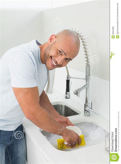 cuisine de a 0 z homme de sourire faisant la vaisselle à l 39 évier de