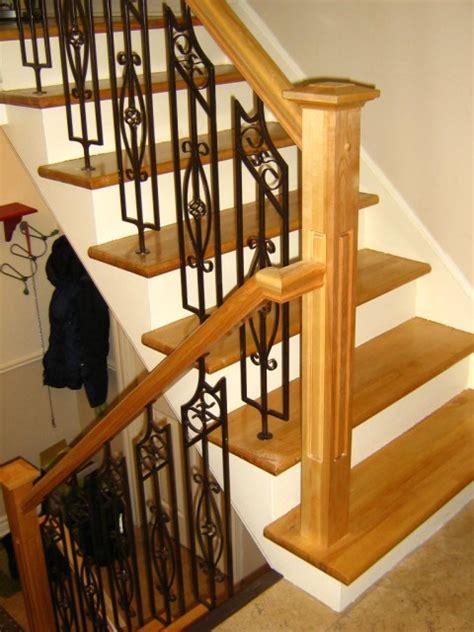 re d escalier en bois avec barreaux en fer forger