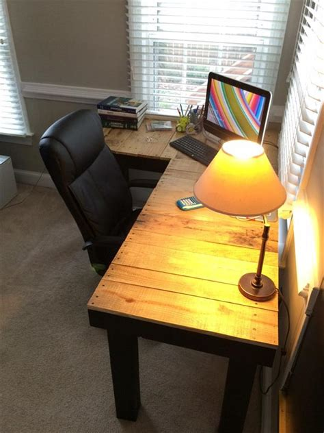 diy pallet  shaped computer desk pallet furniture plans