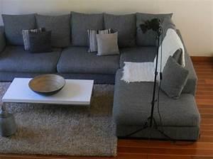 salon canap gris fabulous dco salon gris super ides With tapis peau de vache avec canapé angle tissu gris clair