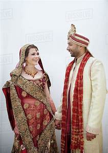Bride and groom in traditional Indian wedding clothing ...