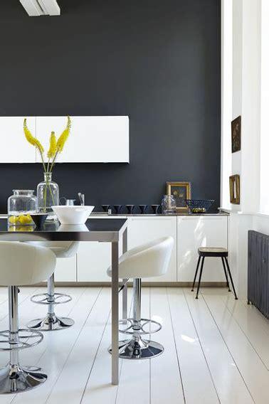 peinture pour cuisine blanche une peinture gris anthracite dans une cuisine blanche