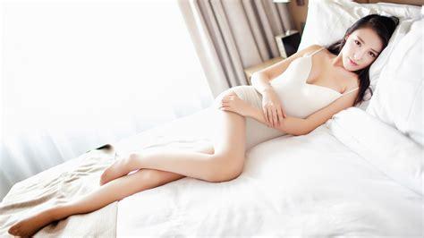 气质美女,刘奕宁lynn,白色小睡裙,居家温馨写真,桌面壁纸高清大图预览1920x1080_美女壁纸下载_彼岸桌面