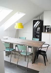 Cuisine blanche sous combles suspension jaune chaises vertes for Deco cuisine avec chaise design blanche