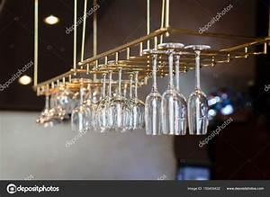 Support Verre Suspendu : support de verres suspendue au dessus d un bar verres cocktail p sent sur une barre ~ Teatrodelosmanantiales.com Idées de Décoration
