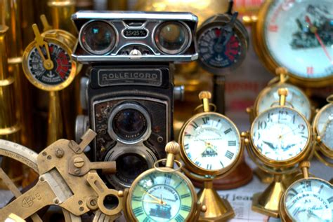 collecting vintage file antiques being sold on colaba causeway jpg wikimedia commons