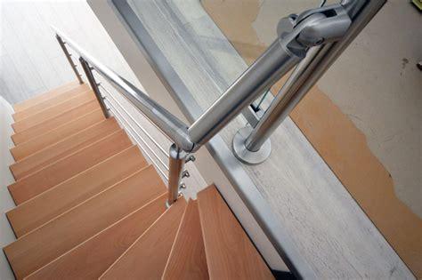 re d escalier en inox 4 barres dans l escalier verre