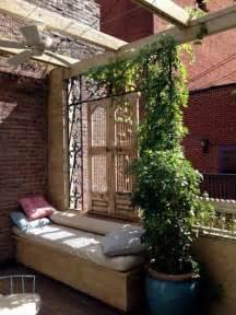 balkon sichtschutz weiss sichtschutz für terrasse und balkon draußen versteckt sitzen