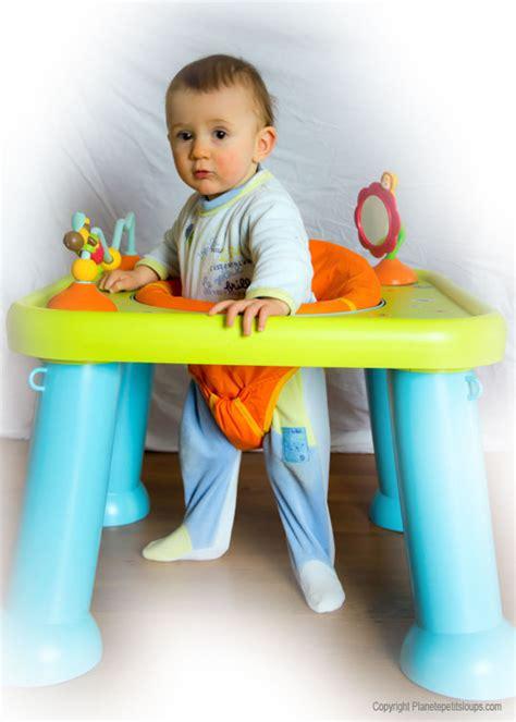 table eveil bebe avec siege tables d 39 éveil et d 39 activité faire le bon choix pour bébé