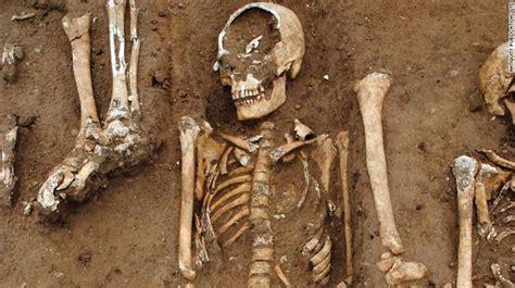 Zbulohet varri masiv i kohës së murtajës në fshatin anglez ...