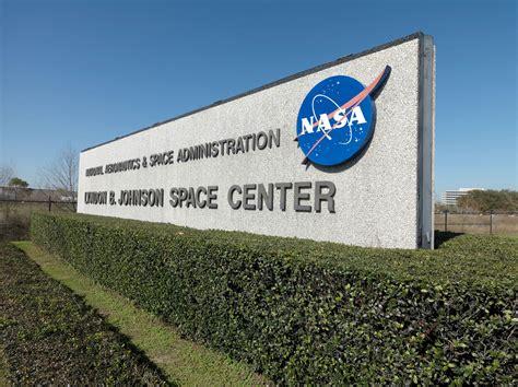 NASA เตรียมเปิดดูตัวอย่างหินดวงจันทร์ที่ถูกปิดผนึกไว้มานาน ...