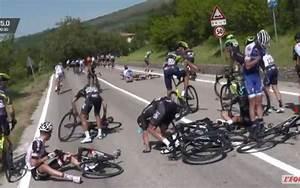 Sud Ouest Moto : tour d italie une moto de police provoque une chute collective sud ~ Medecine-chirurgie-esthetiques.com Avis de Voitures