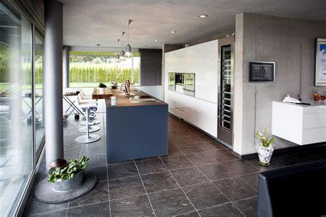 cave a vin de cuisine maison design avec un bardage métallique et du verre