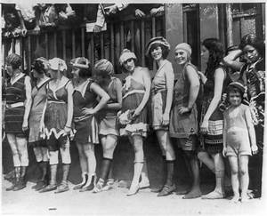 Fichier:11 women and a little girl lined up for bathing ...
